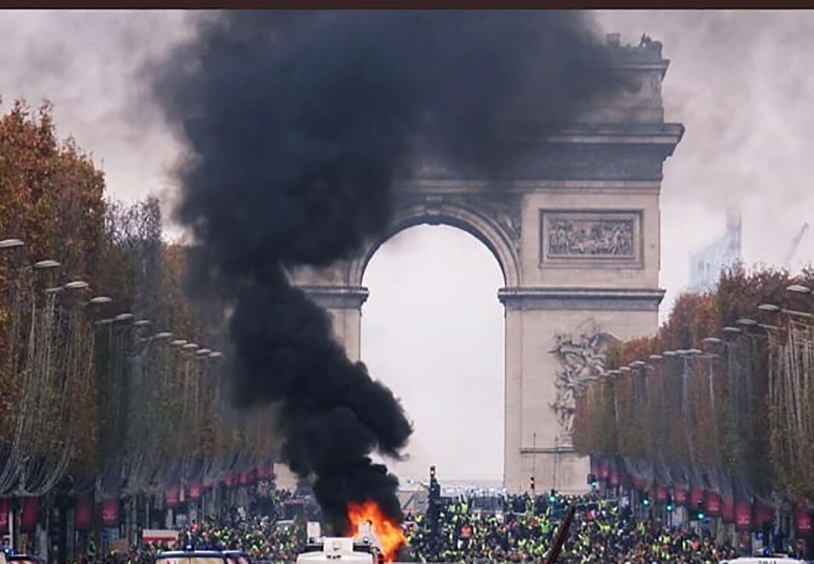 Какфранцузы протестуют против роста цен натопливо: баррикады против водометов— фото 926171