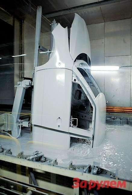 Грунтовка наносится накузов вспециальных катафорезных ваннах. При катафорезе поверхность машины заряжена отрицательно, вто время как сама жидкость— положительно. Врезультате подвоздействием электро-магнитного поля грунтовка глубоко проникает вповерхность кузова, обеспечивая тем самым высокую прочность иАНТИКОРРОЗИОННЫЕ СВОЙСТВА покрытия.