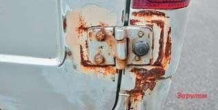 ...например, петли кормовых дверей,  изгибающие металл вокруг ивызывающие отслаивание краски...