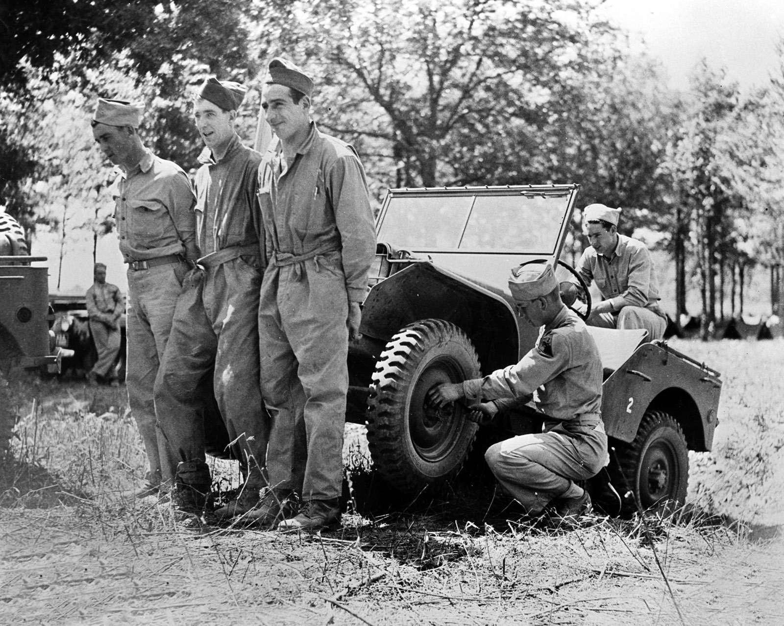 Трое могли слегкостью поднять джип запередок длянебольшого ремонта, поскольку поусловиям военных полная масса машины не должна была превышать 590кг.