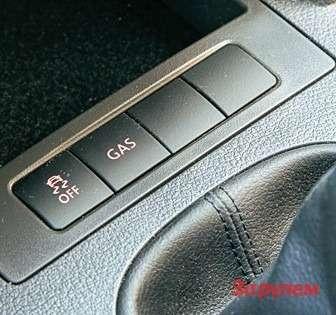 Кнопка переключения сгаза набензин. Поумолчанию автомобиль работает наголубом топливе.
