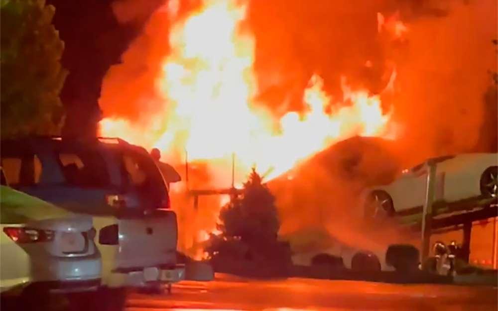 Автовоз с новенькими спорткарами Chevrolet Corvette сгорел на парковке