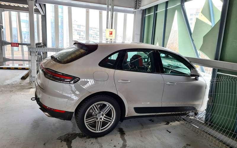 Porsche едва не вылетел с3-го этажа парковки