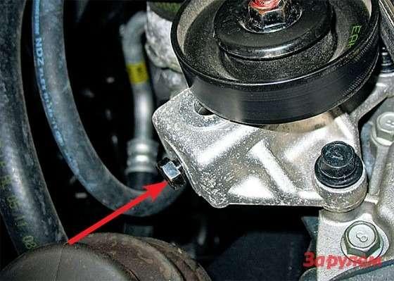 Hyundai Tucson: Натягиваем ремень кондиционера: ослабив гайку натяжного ролика, вращаем ходовой винт (показан стрелкой). Еще раз проверьте натяжение ремня после того, как крепеж будет затянут.