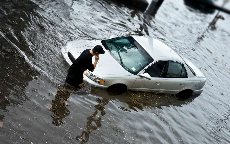 утонувший автомобиль