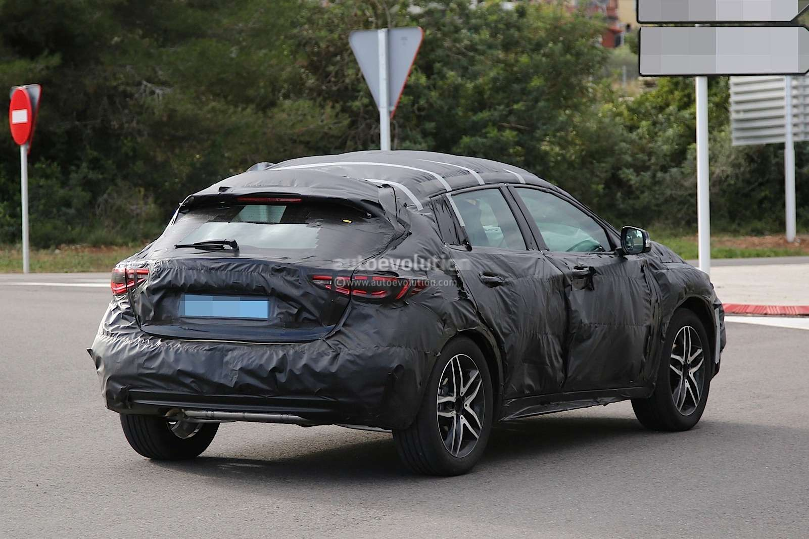 infiniti-qx30-spied-for-the-first-time-will-enter-production-in-2015-photo-gallery_9