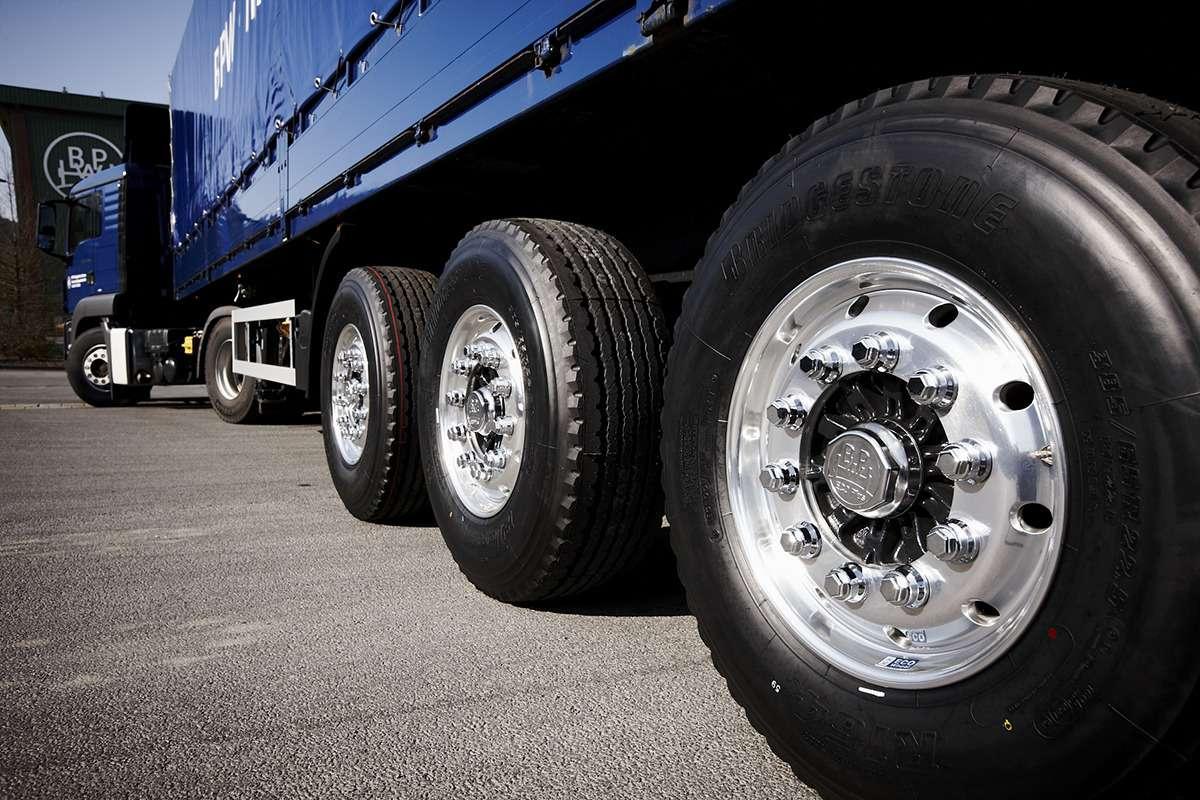 Полицейский вотпуске прокалывал шины грузовикам
