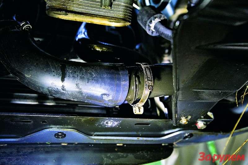 Соскочивший спатрубка интеркулера хомут «Линии»— косвенная причина выброса около полутора литров масла.