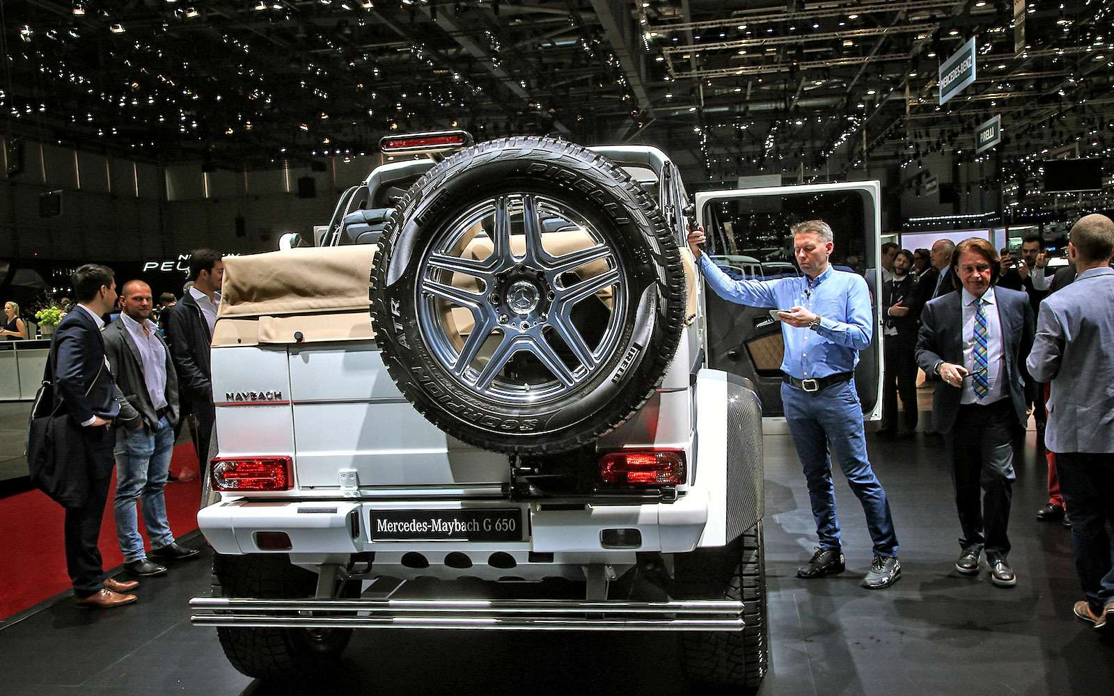 Задавить массой: Mercedes-Maybach G650 Landaulet возвысился надтолпой— фото 718953