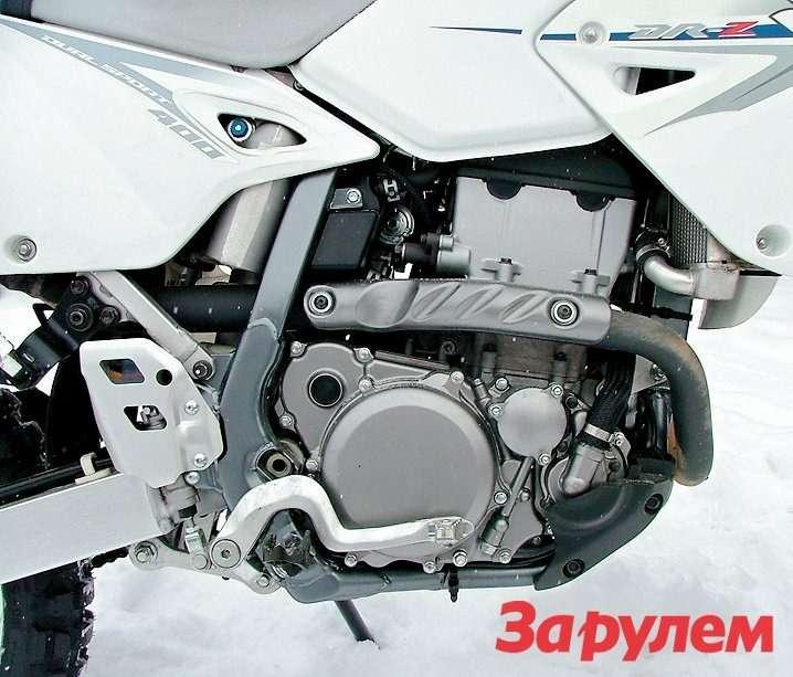 Проверенный временем двигатель DR-Z400не менялся много лет.