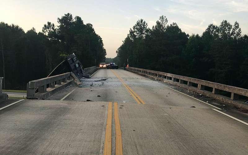 Грузовик протаранил мост, сдвинув его на1,8 метра