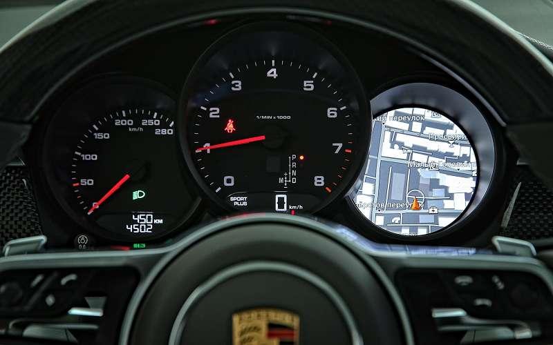 В центре приборной панели Porsche Macan крупный тахометр, слева— спидометр. Вправом раструбе многофункциональный дисплей