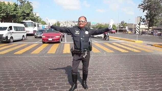 «Коп» в Мексике регулирует переход движениями Майкла Джексона