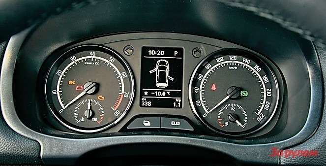 Наинформативный дисплей комбинации приборов «Фабии» можно вывести температуру масла вдвигателе. Пока она не достигнет рабочей зоны, лучше воздержаться от«прострелов».