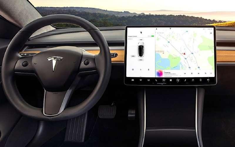Большинство водителей не доверяет новым мультимедийным «фишкам»