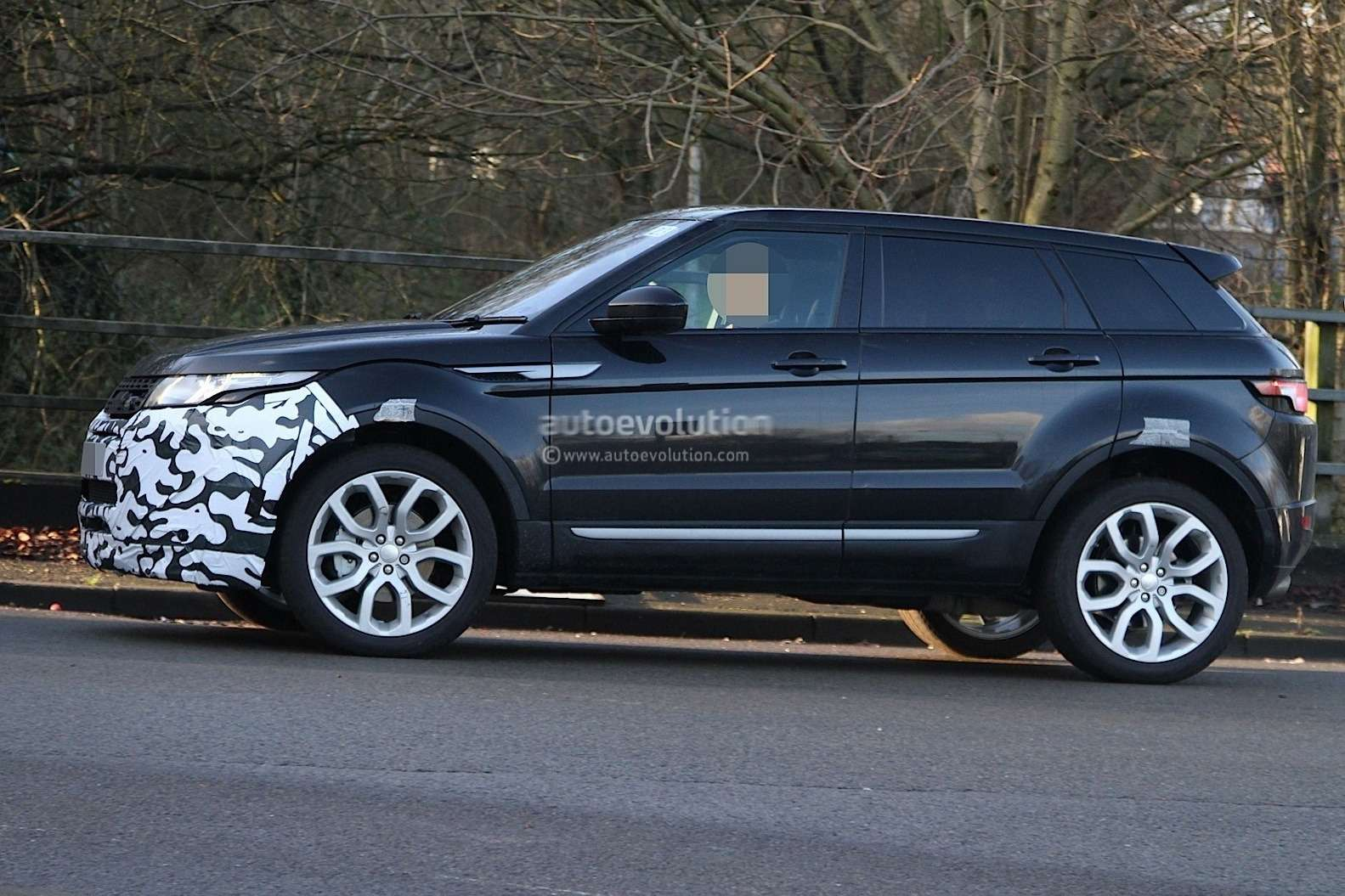 2016-range-rover-evoque-mid-life-facelift-spied-ingenium-diesel-engines-coming-to-us_5