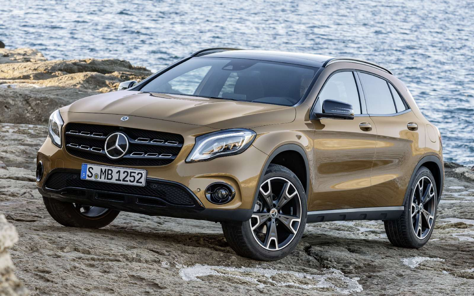 Mercedes-Benz GLA стал краше, нонепросторнее— фото 690075