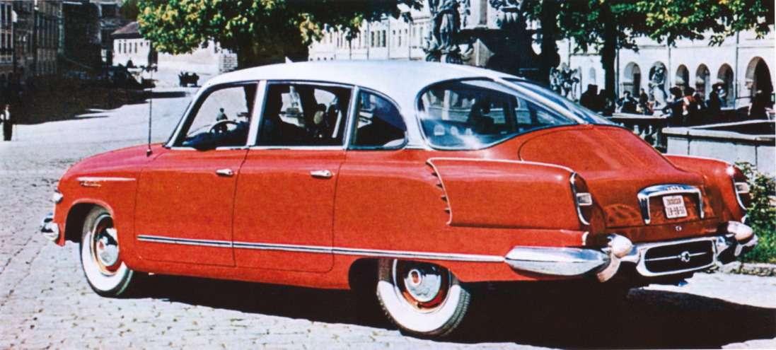 Мастерски выполненное оформление задней части автомобиля— необходимость крупных воздуховодов не ущемляет эстетику, как на«ушастом» «Запорожце». Даже взаднем буфере проделано отверстие дляотвода воздуха!