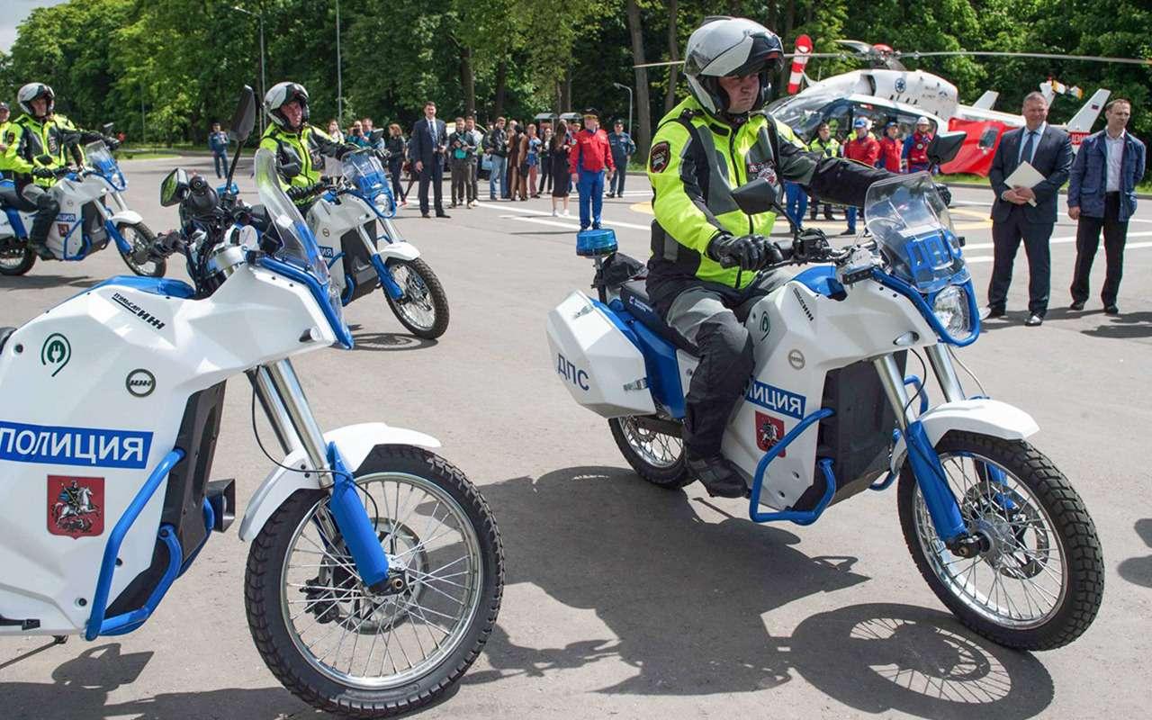 Сотрудники ГИБДД Москвы пересели наэлектромотоциклы— фото 878476