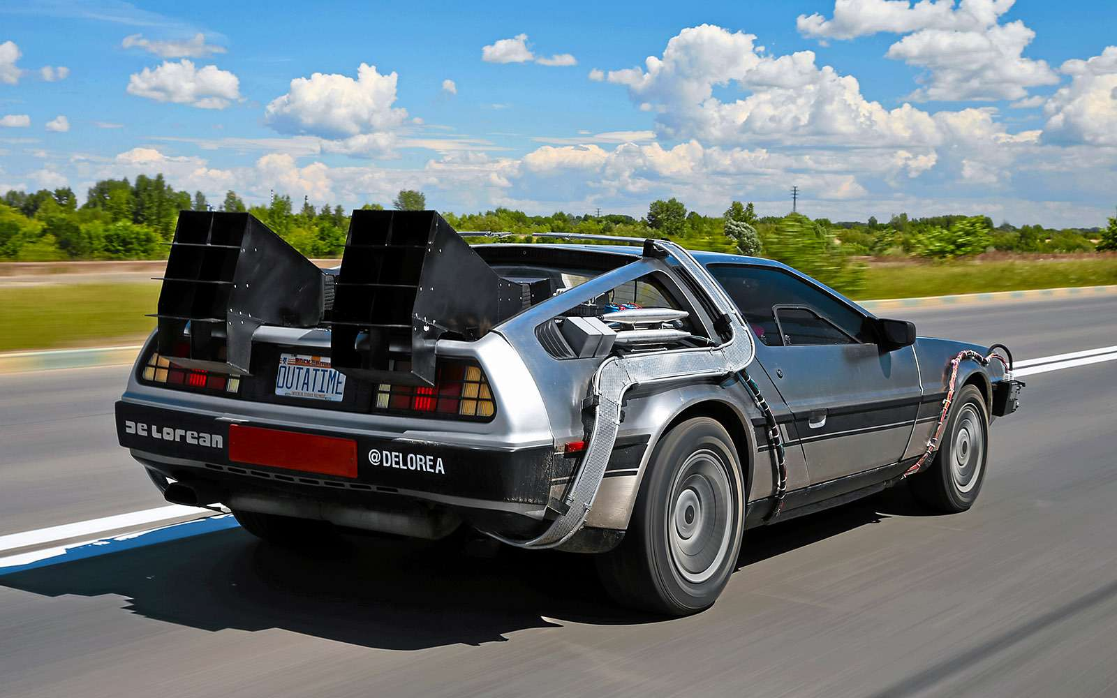 BMWi8и DeLorean DMC-12— вперед вбудущее— фото 637015
