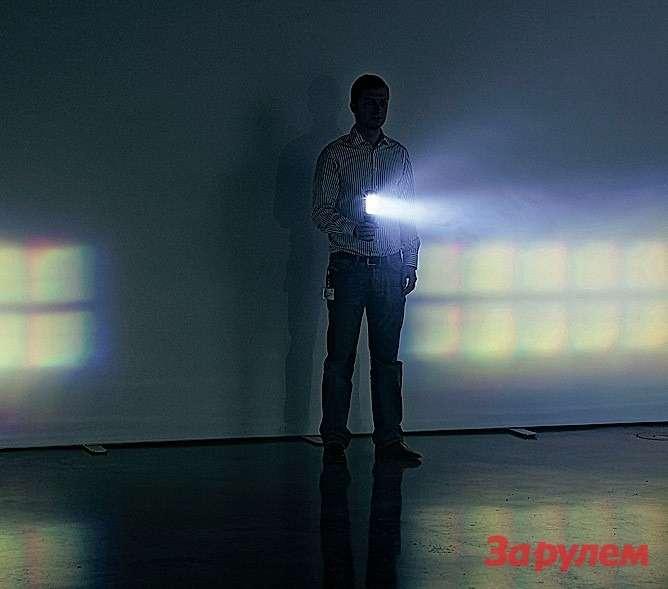 Человек направляет луч фонарика, имитирующего встречную машину, на«Ауди» сосветодиодными фарами— исвет расступается перед ним, как море перед Моисеем.