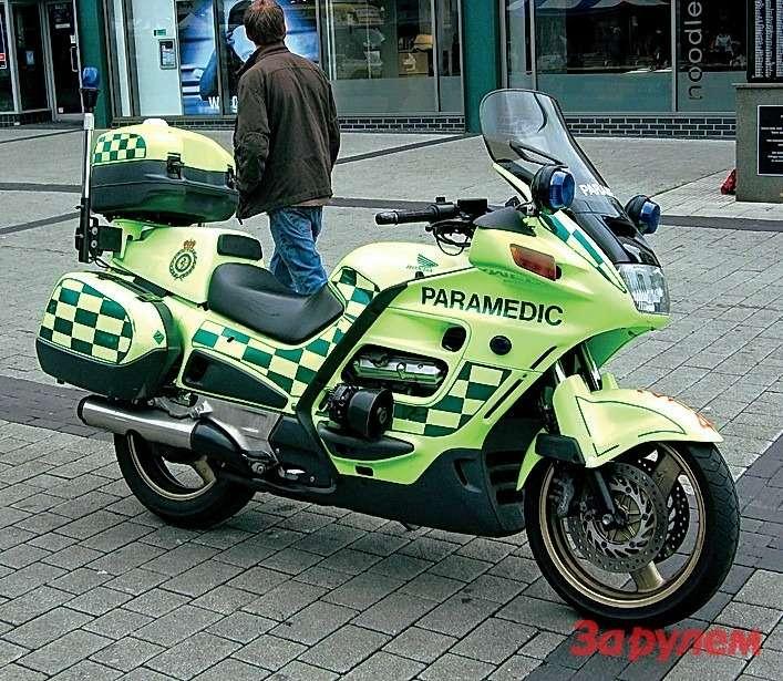 В лондонских пробках быстрее всего добраться кпациенту можно надвух колесах. Смотором— подороге, спедалями— потротуару. Вобоих случаях подрукой упарамедика есть ипортативный дефибриллятор, икапельница, илекарства, иперевязочные средства. Что касается мотоцикла, здесь используют «Хонду-ST1300» сV-образной «четверкой» рабочим объемом 1261 см³.