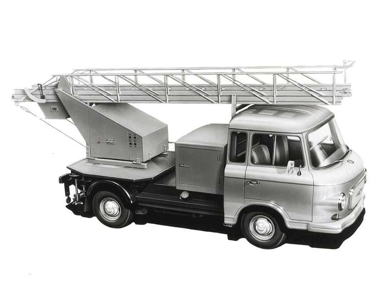 Набазе полурамной модификации создавались разнообразные спецавтомобили, такие как лестница B1000 FR-DL.