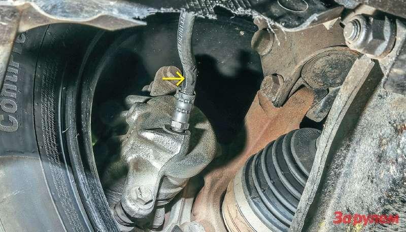 Повреждения тормозного шланга «Алмеры» навид нефатальные, однако даже такие могут привести кего внезапному разрыву.