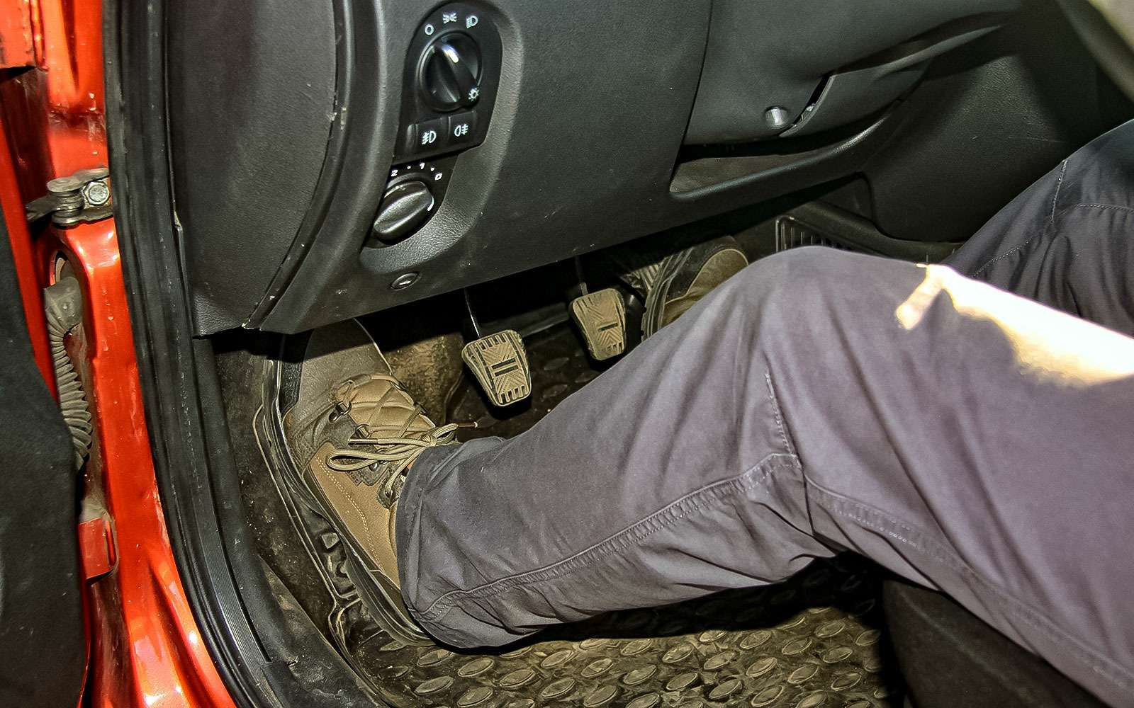 Левая нога водителя