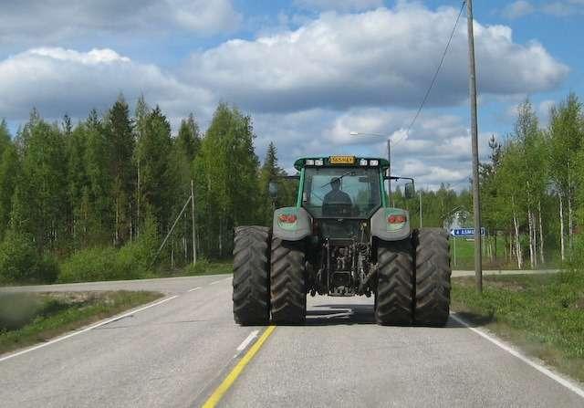 трактор надороге