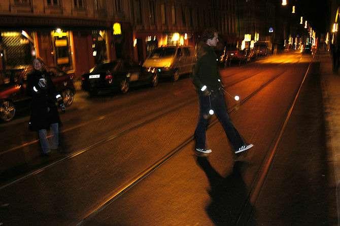 670px-Pedestrian-safety--Use-retroreflectors-in-the-dark