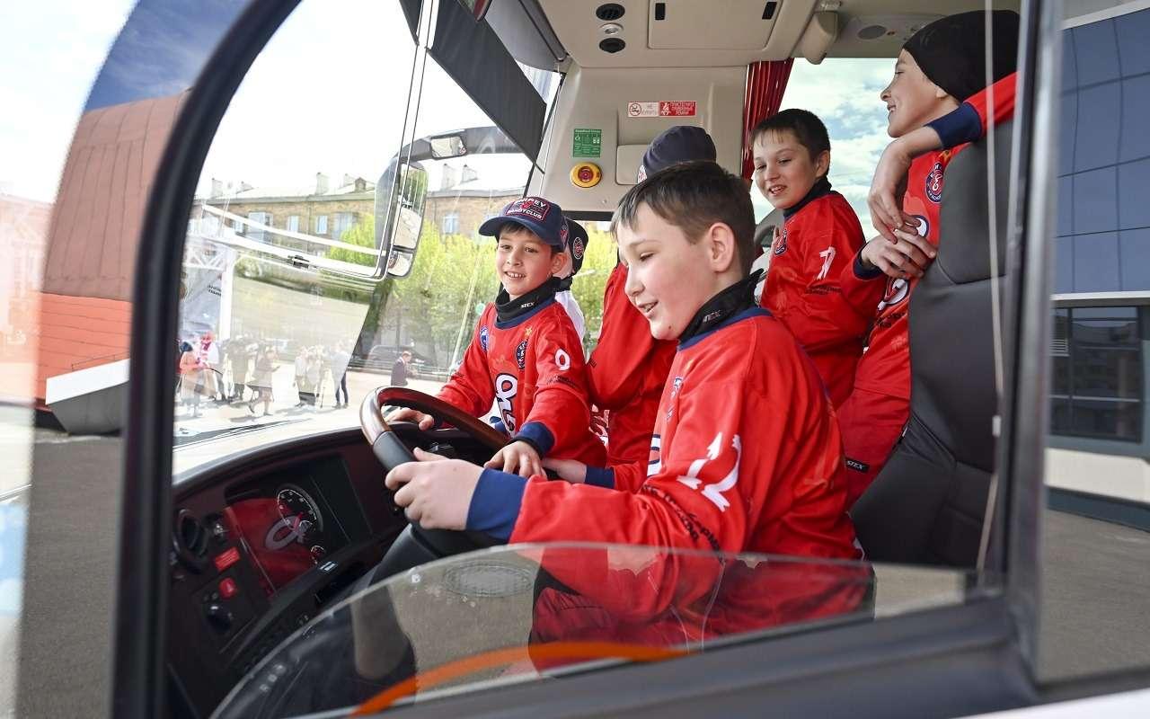 Потратили бюджет правильно: молодым спортсменам подарили суперавтобус— фото 1250747
