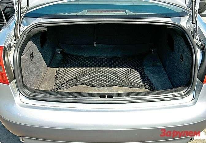 Багажник поражает своей вместимостью. Дотянуться доспинки сиденья, не испачкав брюк обампер, неполучится даже уочень рослых людей.