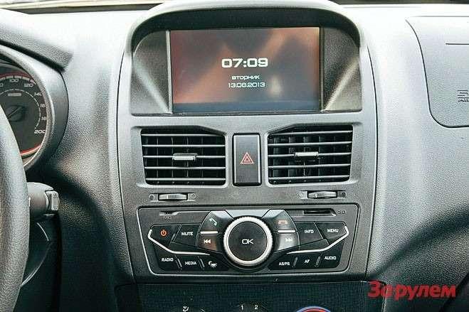 Управлять функциями мультимедиа можно как нажатием на7-дюймовый тачскрин, так инастоящими кнопками наблоке управления.