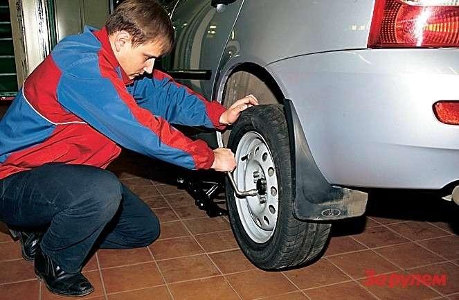 Дляправильной центровки колеса повозможности плотно затягиваем крепеж навесу.