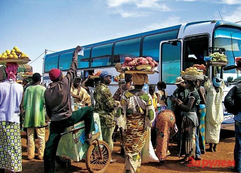 А эти торгуют всем насвете: малийские торговцы осаждают остановившийся автобус.