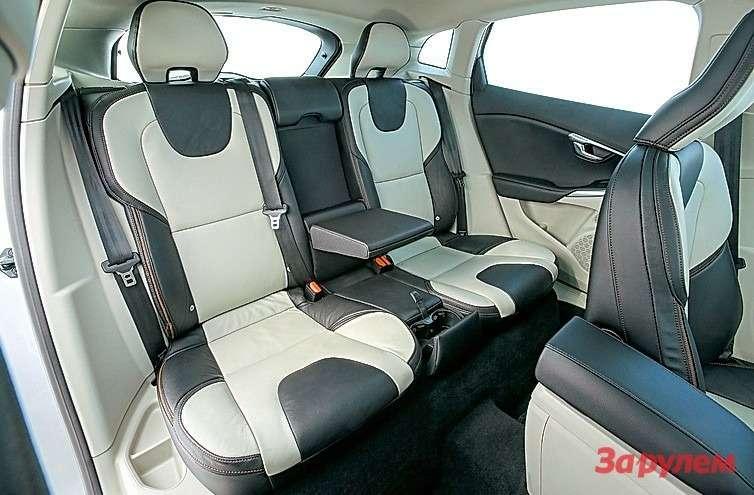 В «V40 Кросс Кантри» неразгуляешься, номеста все жебольше, чем в«Ситроене». Изудобств— подогрев сидений, откидной подлокотник идва подстаканника.