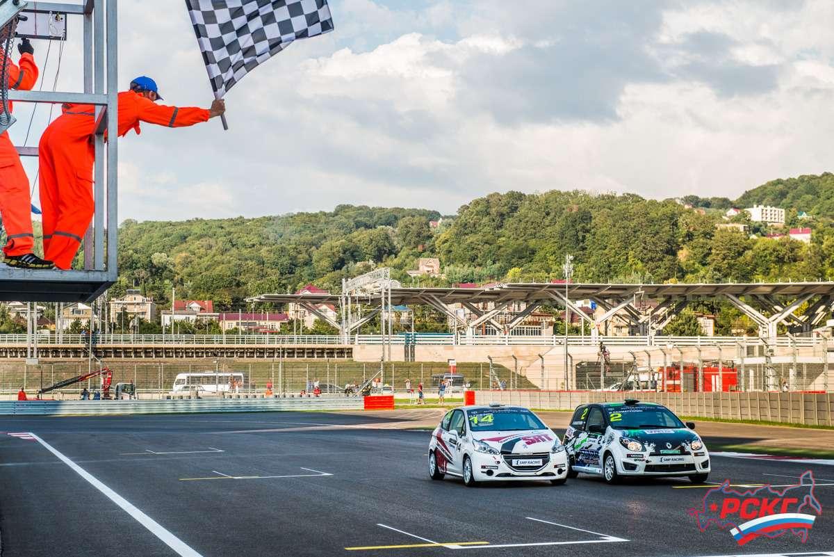 Новые автомобили этого сезона вклассе Туринг-Лайт— Peugeot 208и Renault Twingo— натрассе Сочи Автодром неоставили шанса соперникам