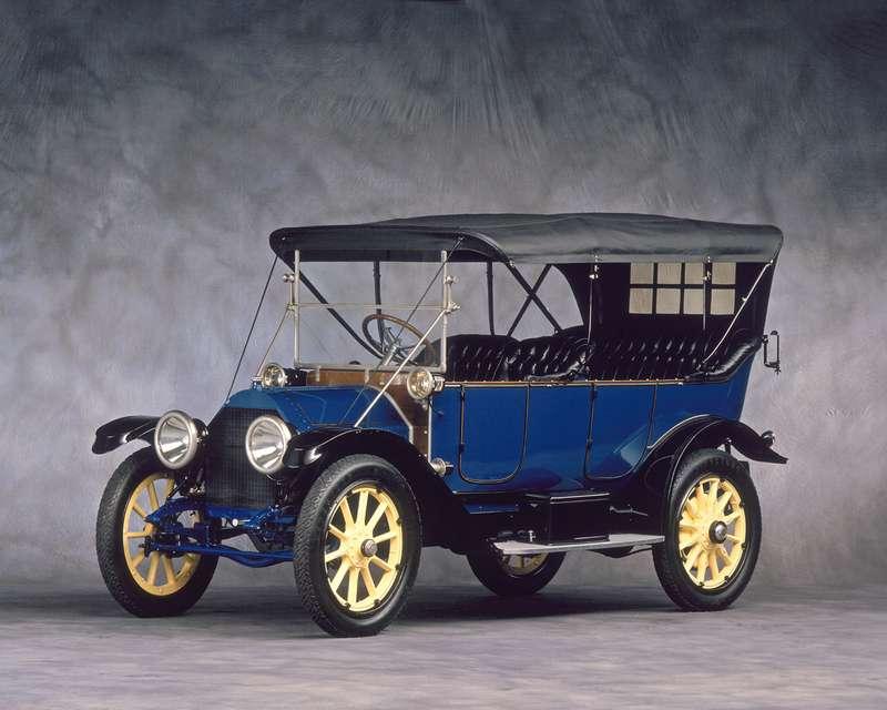 Впервые электростартер появился наCadillac Model 30. Более 400 деталей которого изготавливались сбеспрецедентным потем временам допуском 1/1000 дюйма.