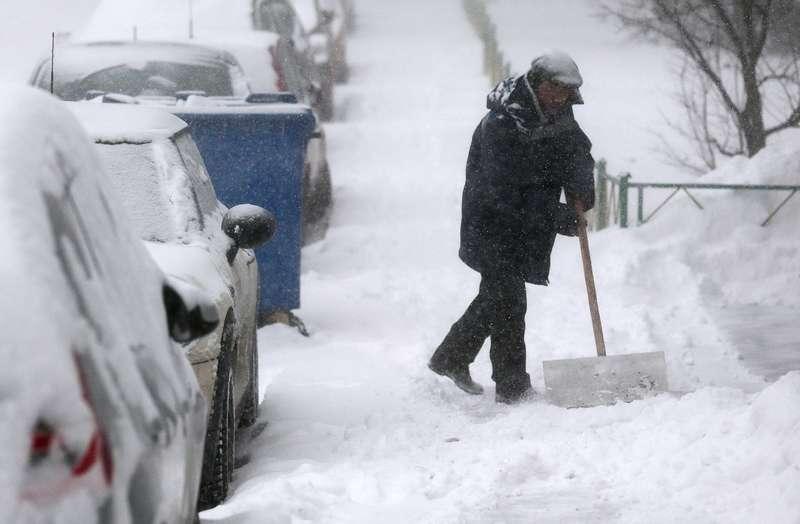 В Бурятии водителей-должников отправляют убирать снег сулиц