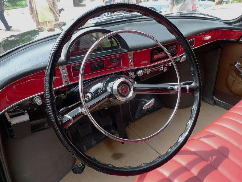 Интерьер первой серии Tatra-603. Приборную панель разработал инженер Любомир Жпук, которого главный  конструктор Tatra «одолжил навремя» узнаменитой кузовостроительной мастерской Karosa Йозефа Содомки