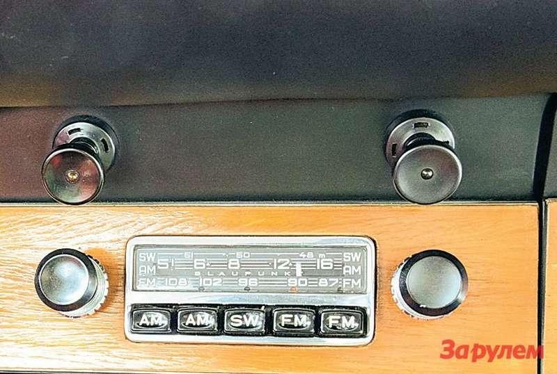 Porsche 911 Маленький радиоприемник нынче выглядит наивно, адляначала 1960-х это признак породистого автомобиля.
