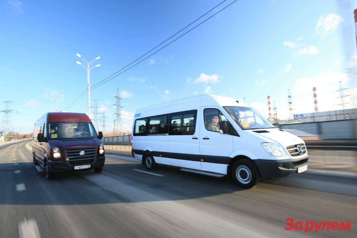 И «Фольксваген-Крафтер», и«Мерседес-Бенц Спринтер» родились фургонами, ававтобусы ихпревратили вНижнем Новгороде усилиями компаний «Артан» и«Луидор». Машины очень близки конструктивно (немецкие фирмы выпускают ихвпартнерстве), нонаши переделывали поразным лекалам: длинный «Крафтер» позиционируют вбизнес-классе, средний «Спринтер» выполнен как маршрутное такси. Уобоих автобусов база 4325мм, 6-ступенчатая коробка, высокая крыша изадний привод. «Мерседес»: вместимость 16+ 6+ 1человек, дизельный двигатель 2,1 л/150 л.с. «Фолькс-ваген»: вместимость 19+ 1, удлиненный задний свес, дизель 2,5 л/163 л.с.