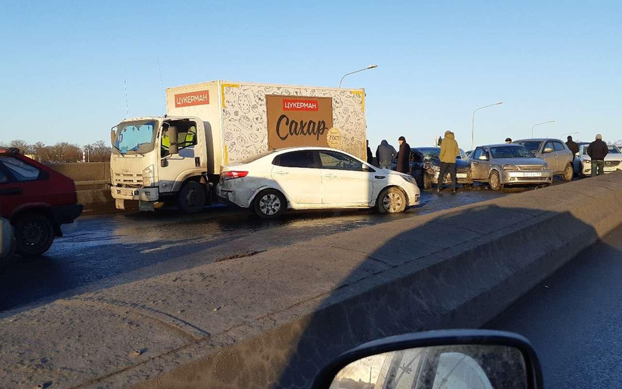 Массовая авария парализовала движение вПитере: столкнулось 30автомобилей— фото 959460