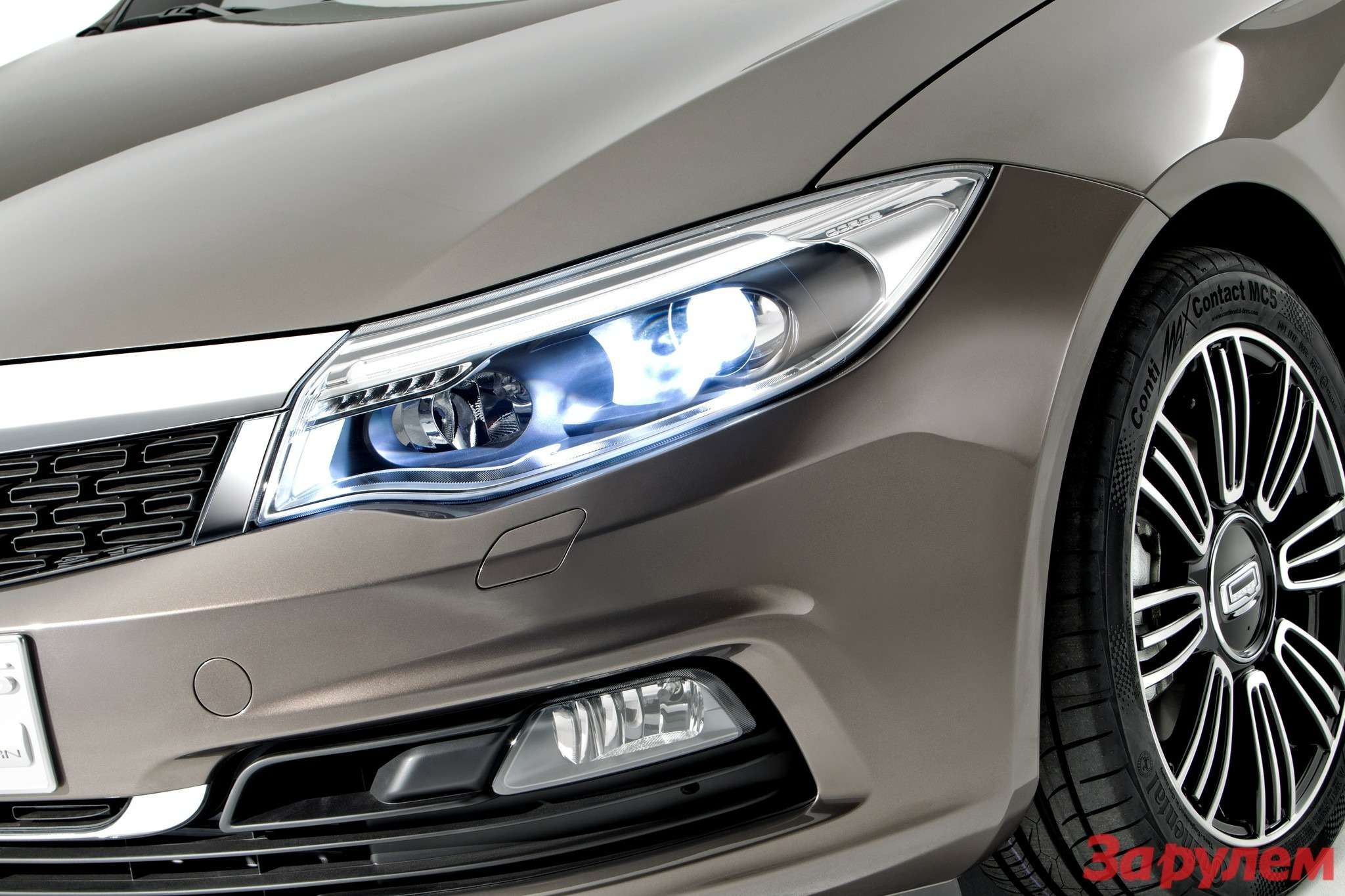 649719_Qoros 3Sedan— detail— front qtr lights on