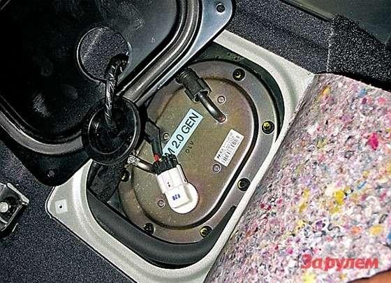 Hyundai Tucson: Отвернув болты петель левой секции заднего сиденья, поднимаем подушку ификсируем ееремнем безопасности. Сняв лючок вполу, получаем прекрасный доступ ктопливному насосу.