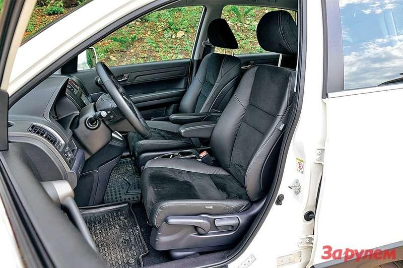 Сиденья CR-V получили комбинированную обивку изкожи иалькантары. Зимой они небудут так морозить седоков, как полностью кожаные.