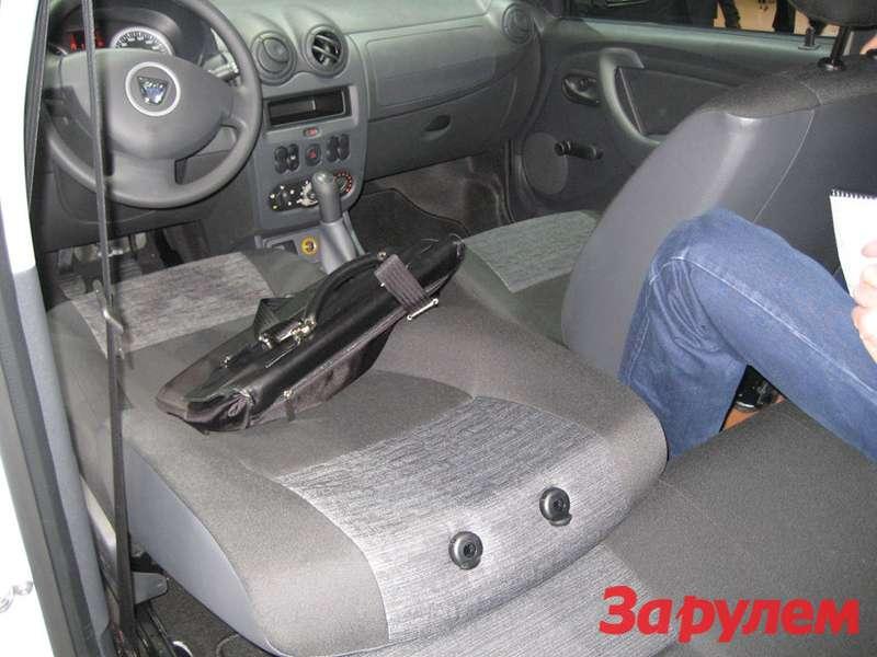 Спинка переднего сиденья упирается взадний диван