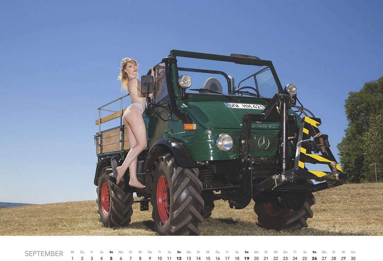 Первый календарь на2021год: не очень одетые трактористки (18+)— фото 1196275