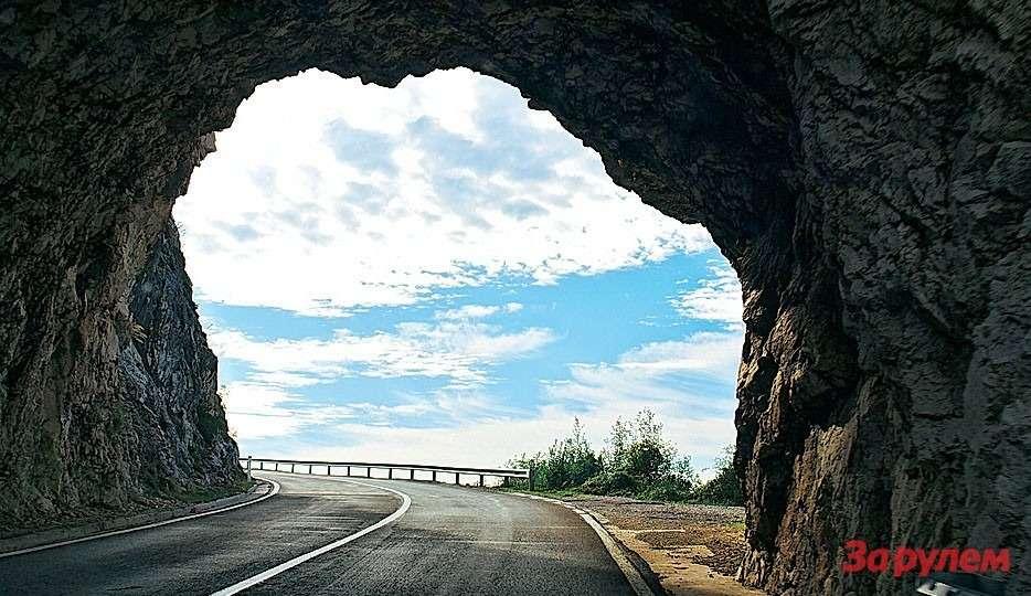Это нетуннель, акаменные ворота естественного происхождения, сквозь которые проложена главная прибрежная дорога Черногории. Качество покрытия иразметка безупречные, ноехать быстрее 60-80 км/ч вам вряд ли захочется. Натаких участках ирадары ненужны.